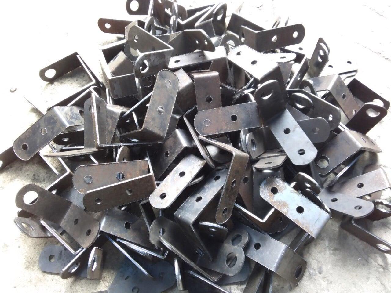 Trần hùng metal Công ty An Kiều : inox 304 cắt lazer dày 12mm bản vuông 40 , lỗ 26